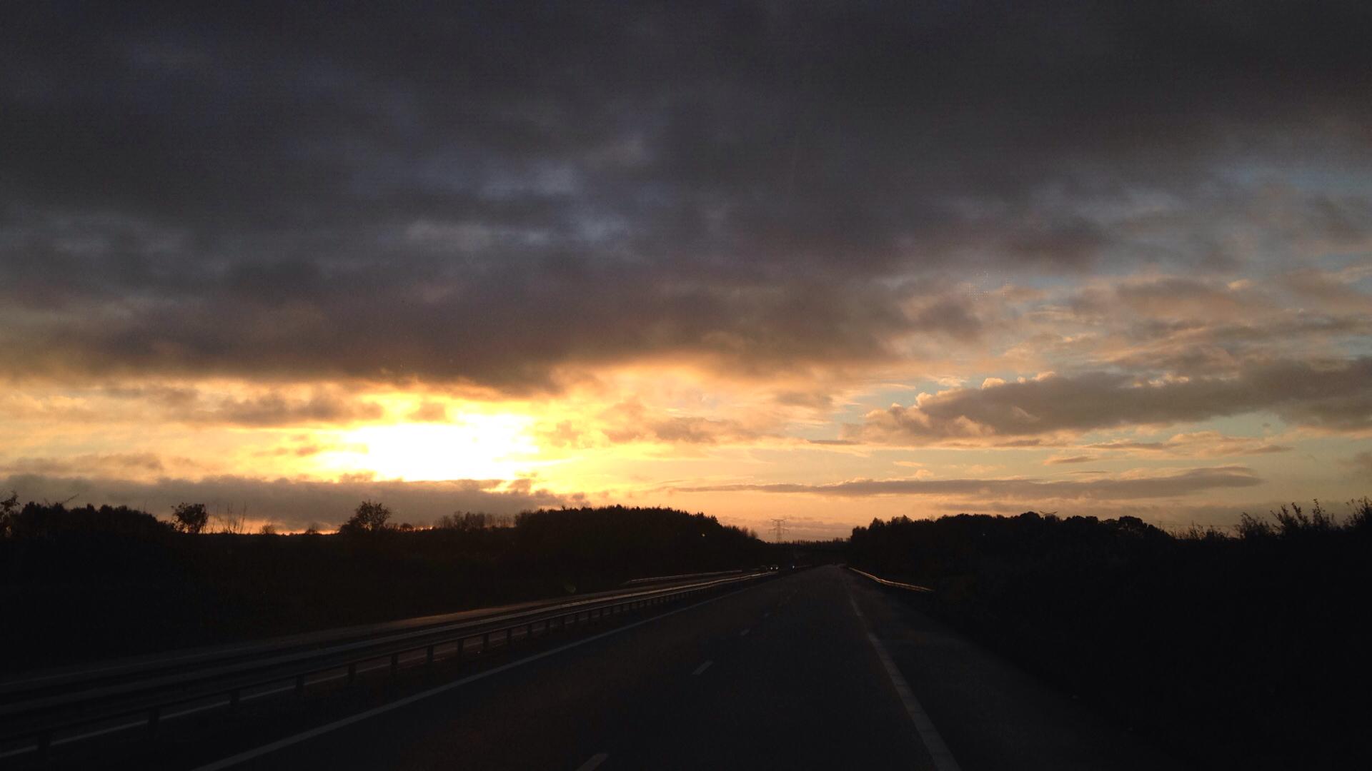 beau lever de soleil au départ
