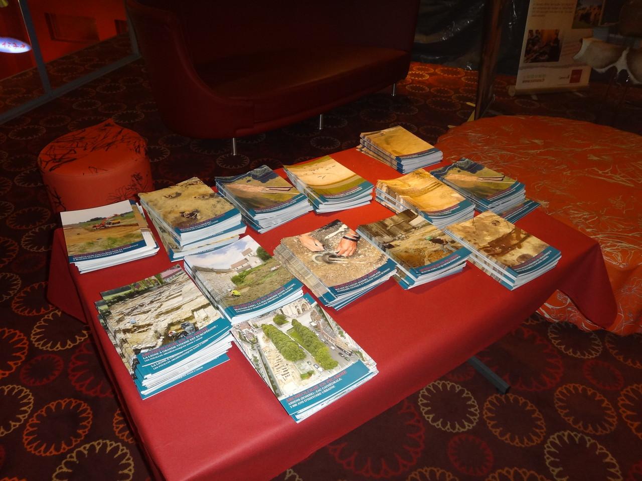 Table de presse avec les brochures de la Drac sur les fouilles en Picardie