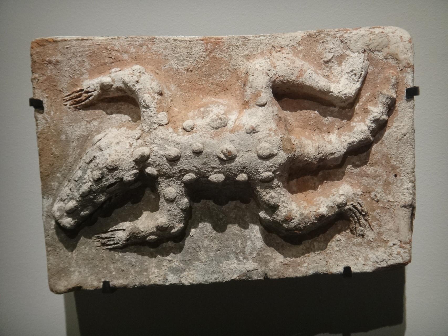Brique ornée d'un crocodile - Comalcalco, Tabasco, Mexique. 250-600 (céramique) Sa peau évoque la surface de la terre tandis que sa gueule ouverte suggère la caverne conduisant au monde des morts