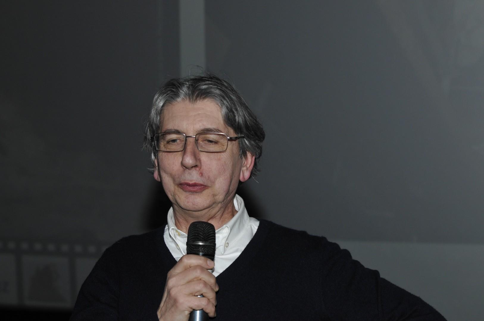 Philippe Bet, ingénieur INRAP - Île de France qui a fouillé sur le site de Charbonnier-les-Mines, répond aux questions du public sur La ville sous les blés
