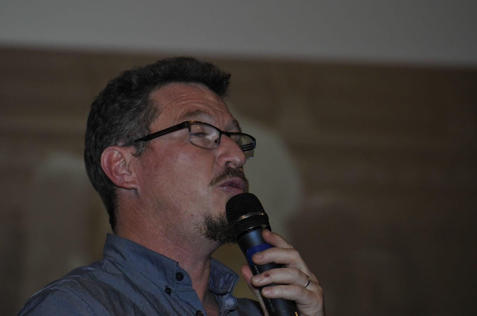 Alain Génot, Archeologue du musée départemental d' Arles antique, coresponsable de la fouille, répond aux questions du public sur Les enduits peints de la Verrerie - Chantier de fouilles Arles