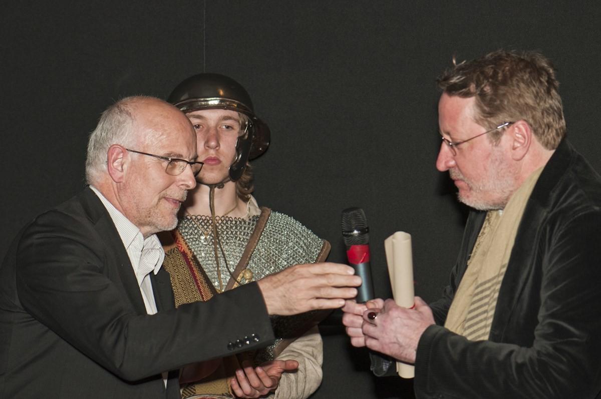 Serge Cazenave remet le Grand Prix du Festival-GRTgaz à Jonas Rosales, coréalisateur de « Les Gaulois au-delà du mythe ».
