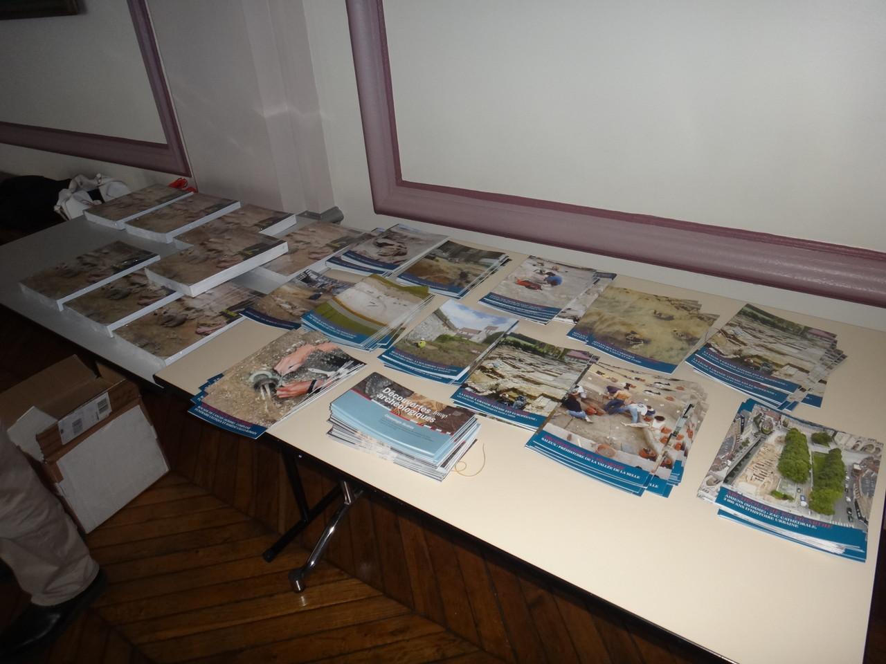 Accueil : plaquettes de la DRAC sur les dernières fouilles ; la carte archéologique de la Gaule  - la Somme, de Tahar Ben Redjeb