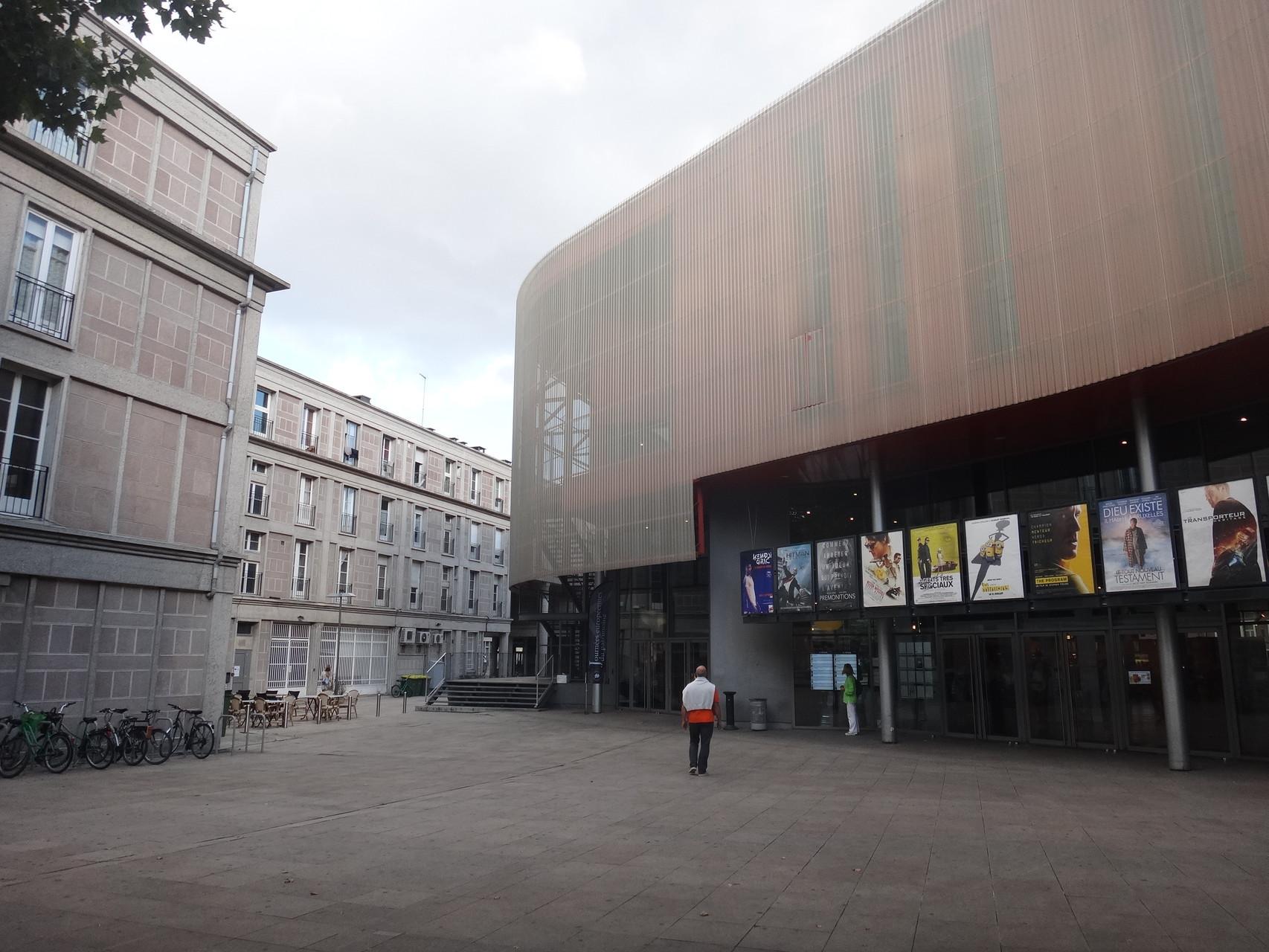 Les courbes du Gaumont contrastent avec les lignes droite des bâtiments de Perret
