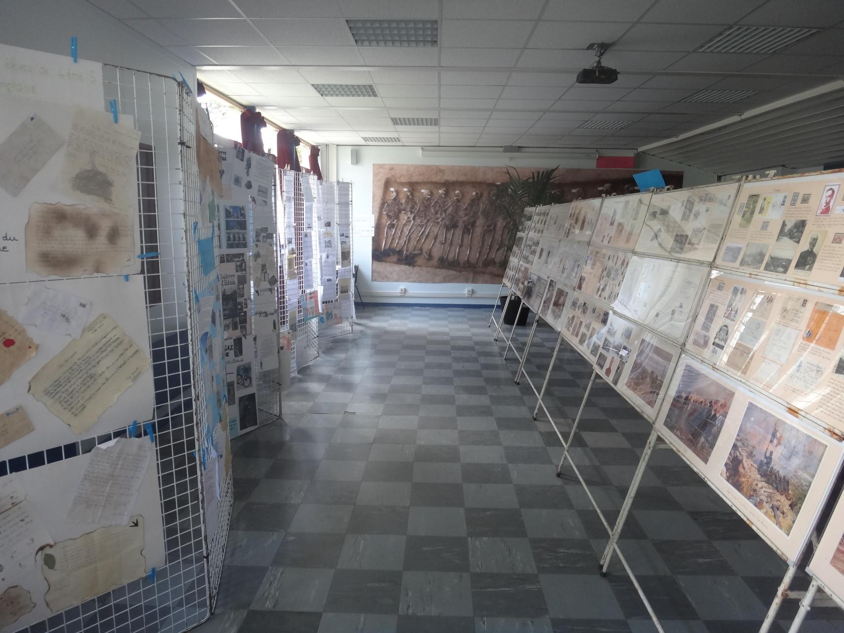 Exposition de timbres à droite - à gauche les travaux des élèves.