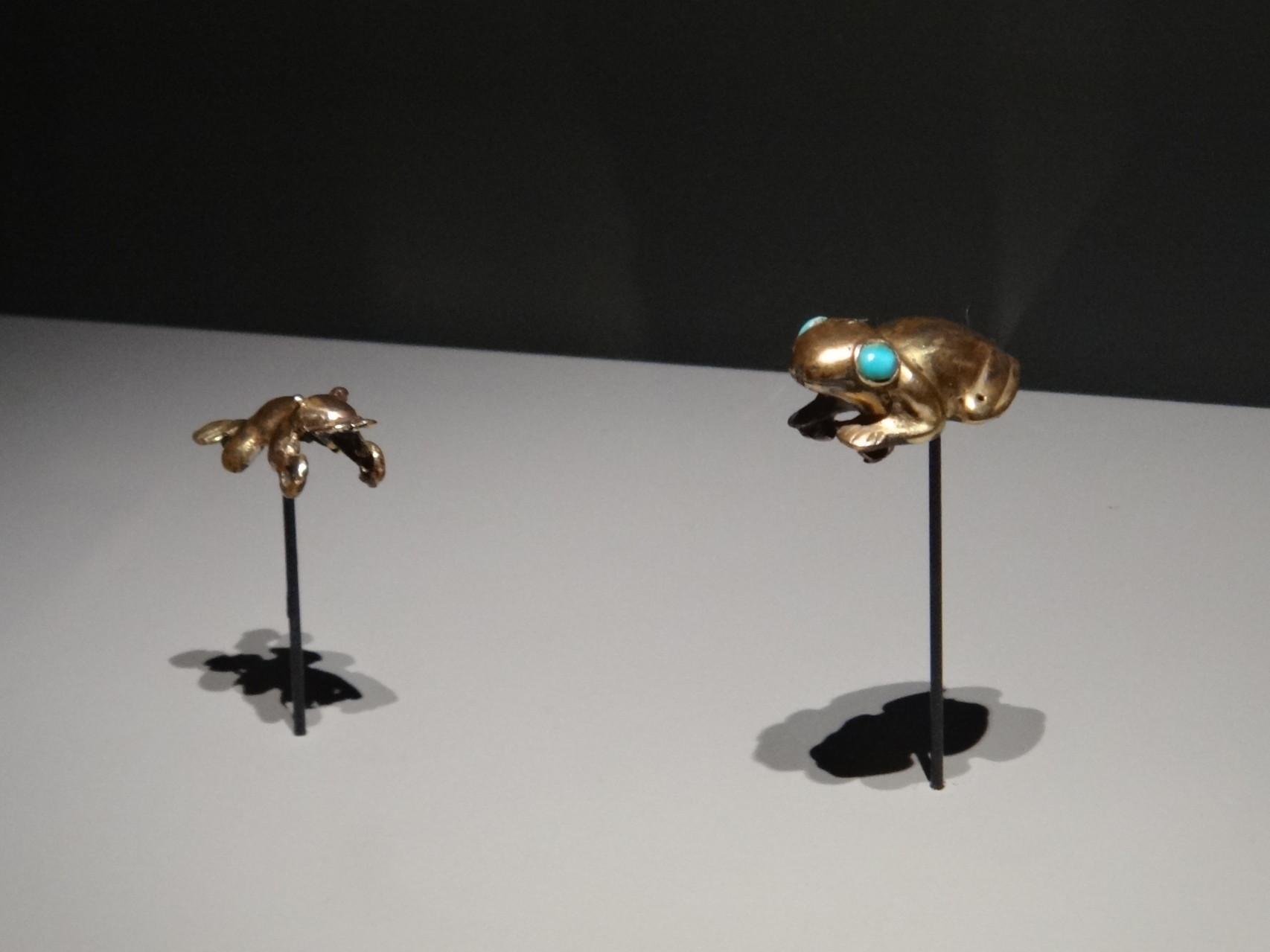 Grenouille en or aux yeux de turquoize, Chichen Itza,Yucatan, Mexique, 900-1250, or et turquoize.Par leurs coassements, grenuilles et crapauds annonçaient la pluie et la régénération de la terre et étaient associés à l'inframonde