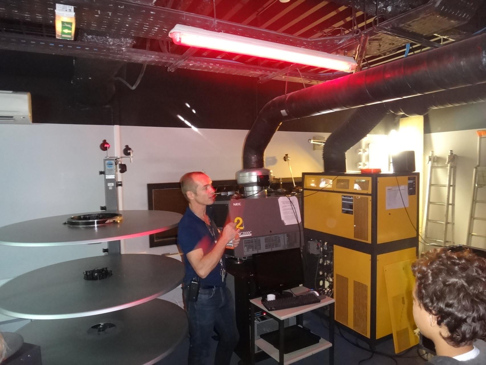 La cabine de projection Projecteur numérique et projecteur 35mm