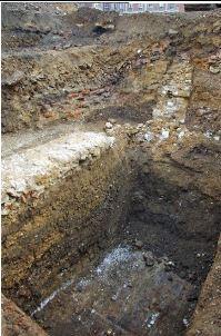 Sondage 4. Vue générale de la stratification.  Au fond, la démolition romaine. Cl. Inrap