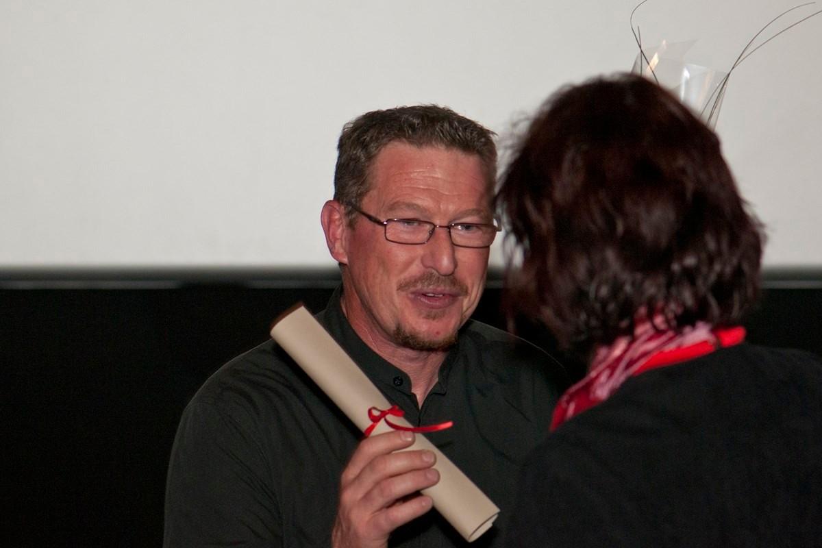 """Prix du court-métrage. Le représentant du film """"la maison du dauphin"""" reçoit son chèque de 500 euros."""