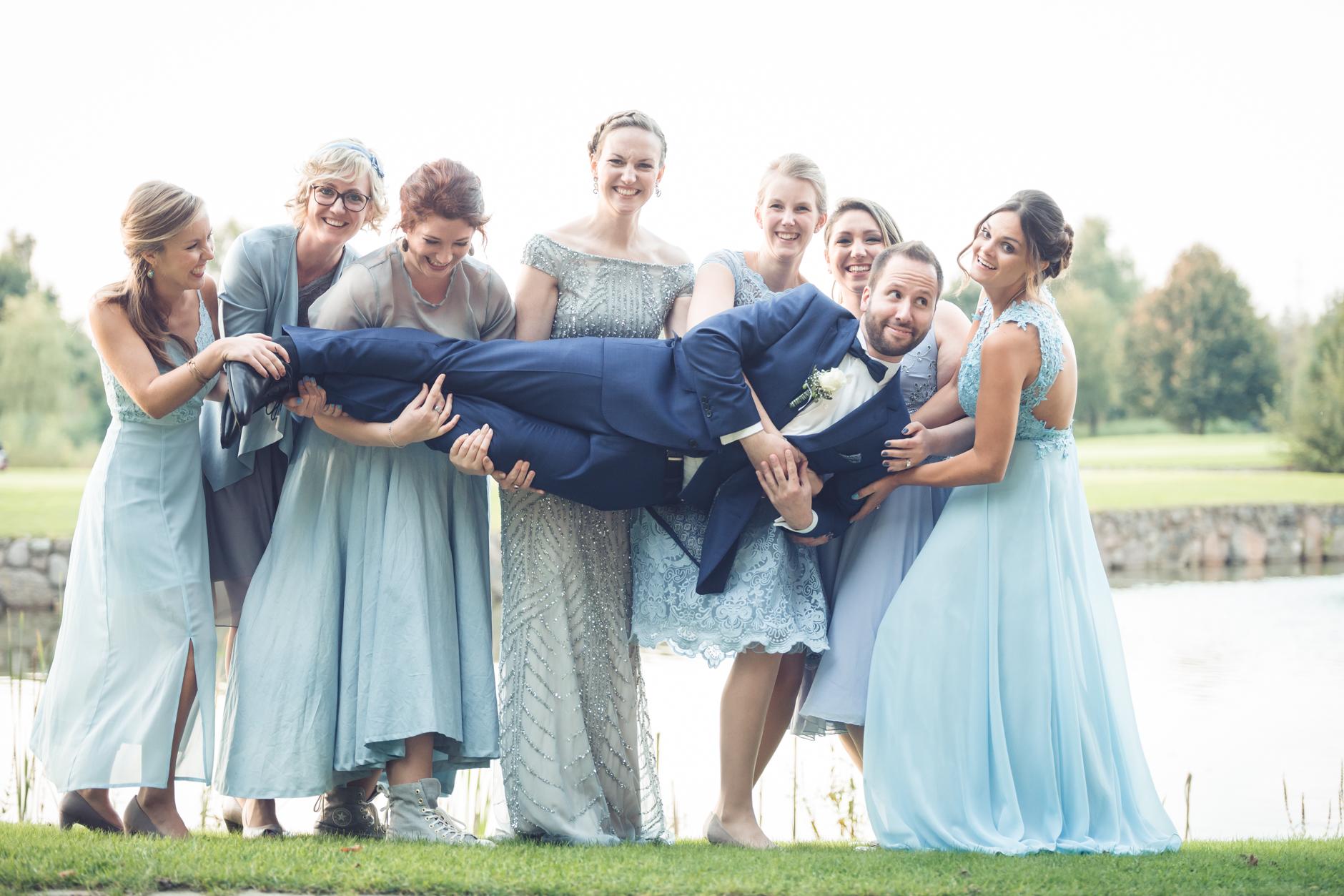 Bräutigam und Brautjungfern