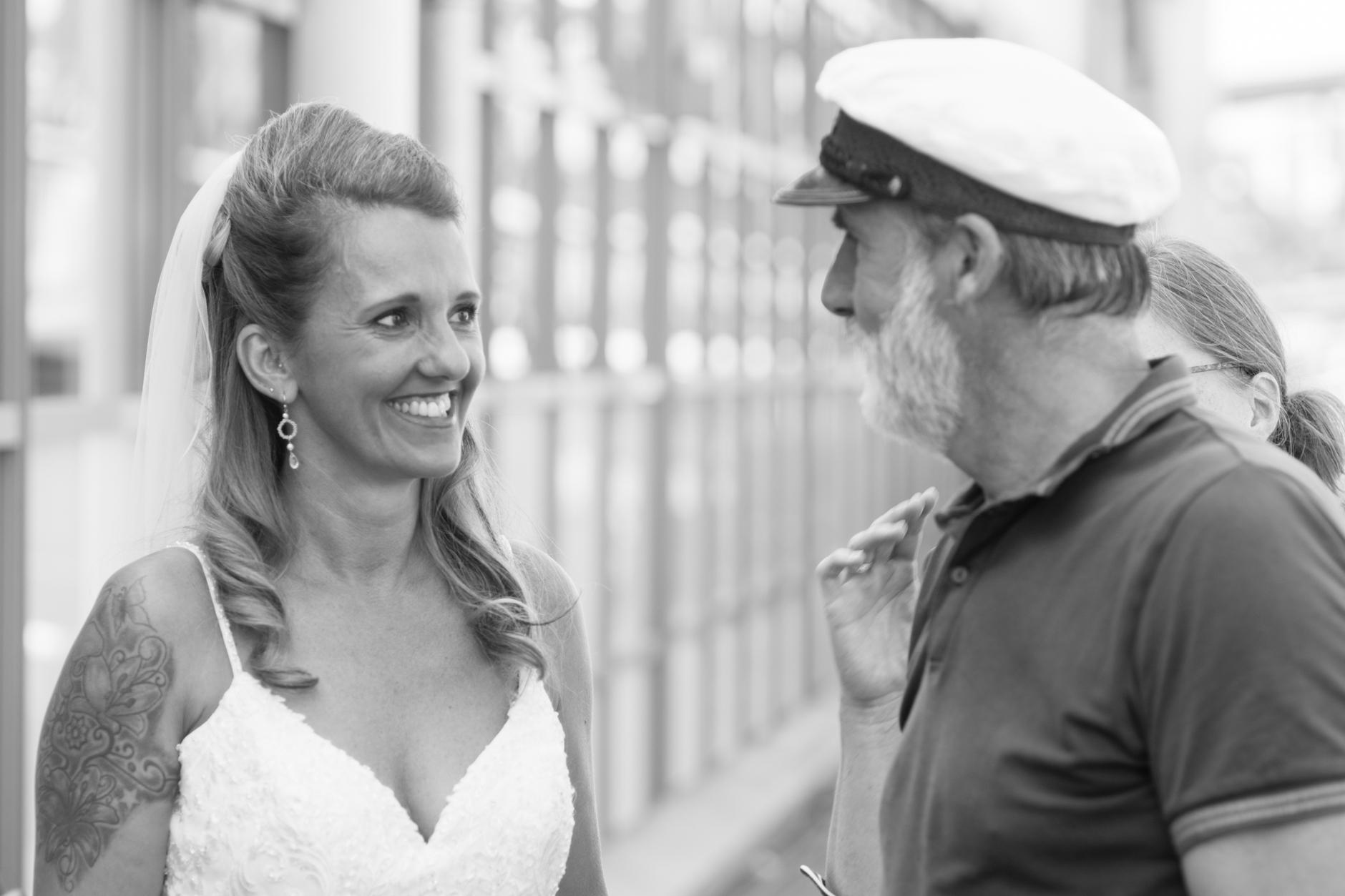 ... Kapt'n und Braut an den Hamburger Landungsbrücken