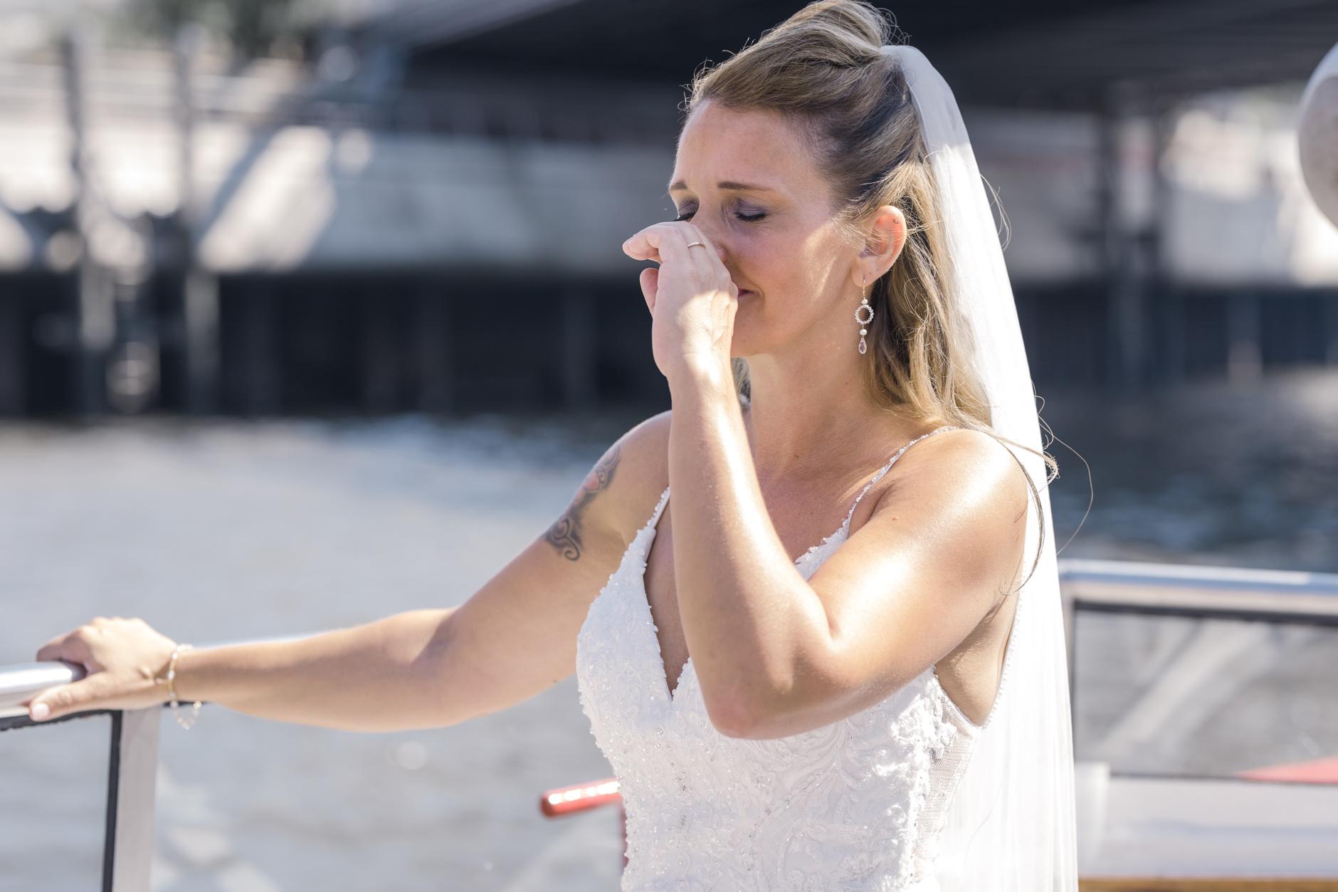 ... als sie den Bräutigam am Pier in der Hafencity entdeckt...