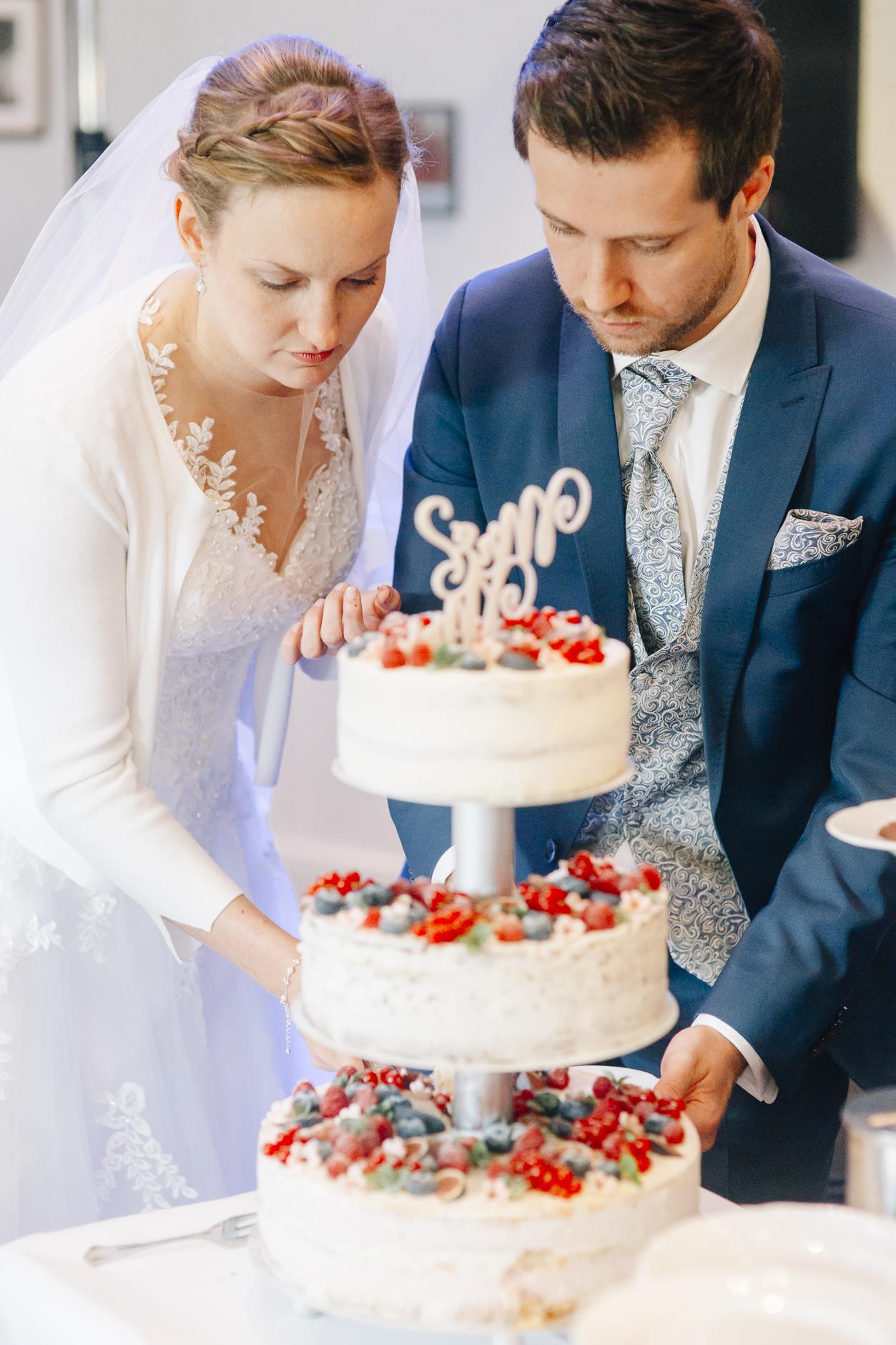 Konzentration beim Anschneiden der Hochzeitstorte