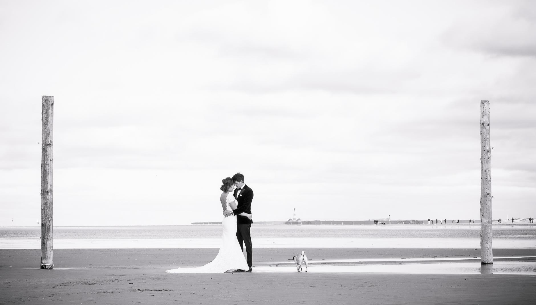 BRautpaar alleine am Strand, nicht ganz alleine ...