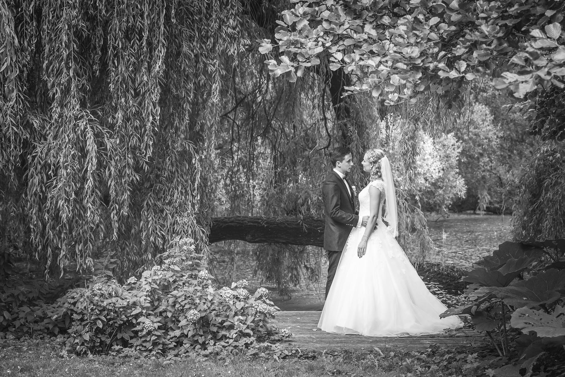 Braut und Bräutigam in einem stillen Moment in Lübeck