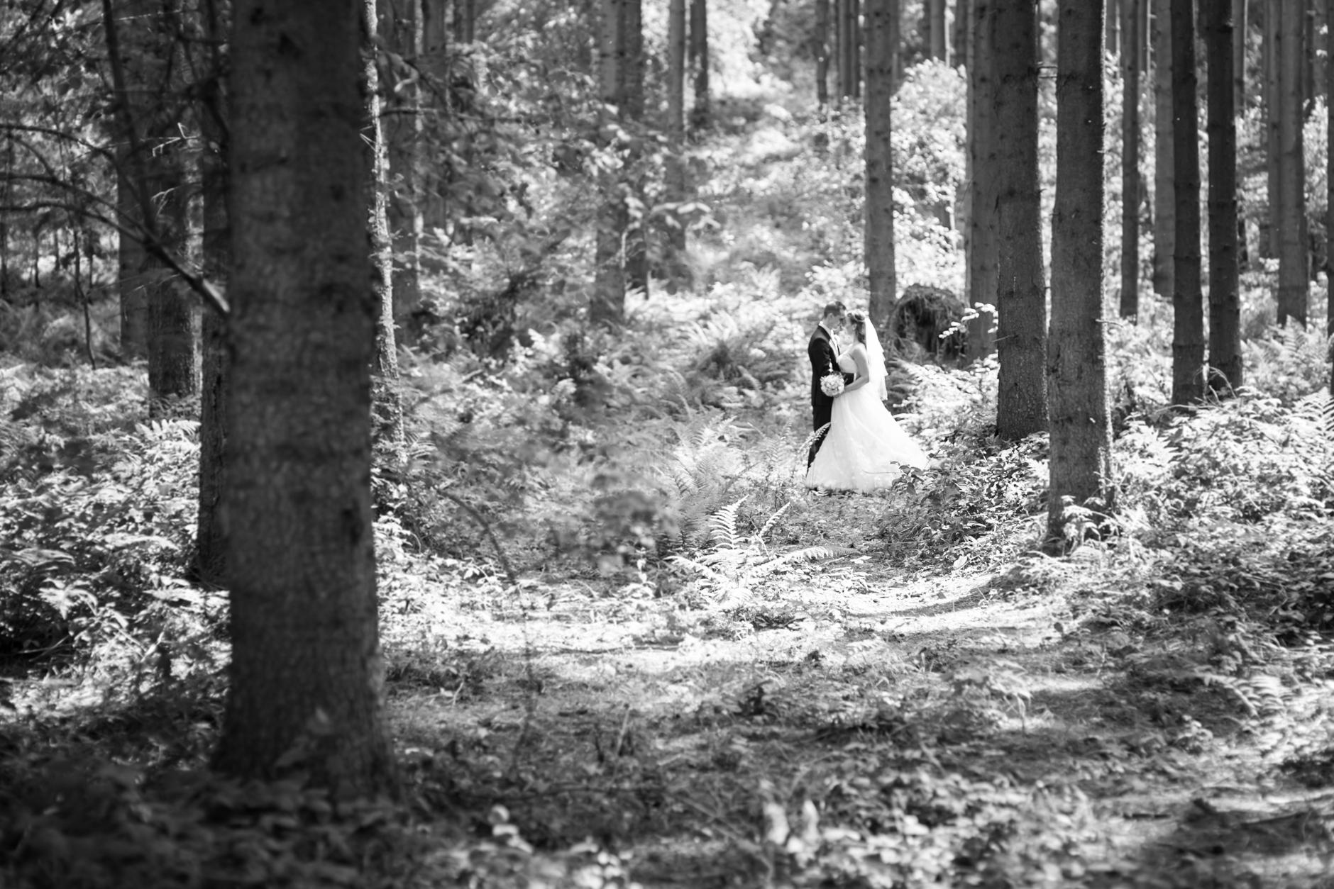 Für das Brautpaar-Shooting sind wir hier auf dem Weg zur Hochzeitslocation kurz auf der Landstraße angehalten und ...