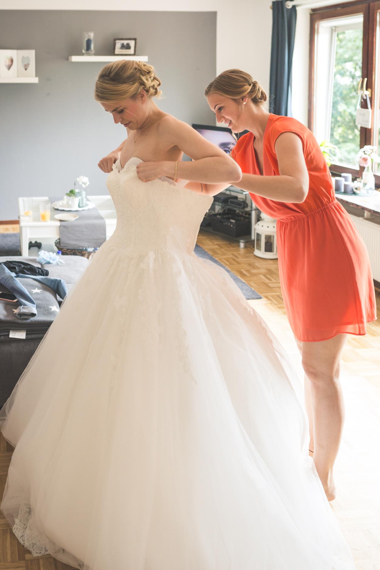 Beim Hochzeitskleid sind helfende Hände immer willkommen