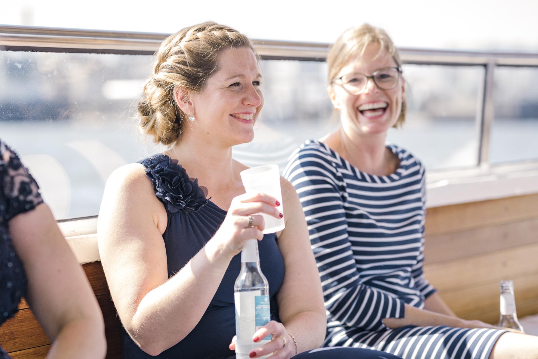 Anstoßen auf einer Hochzeitsbarkasse im Hamburger Hafen