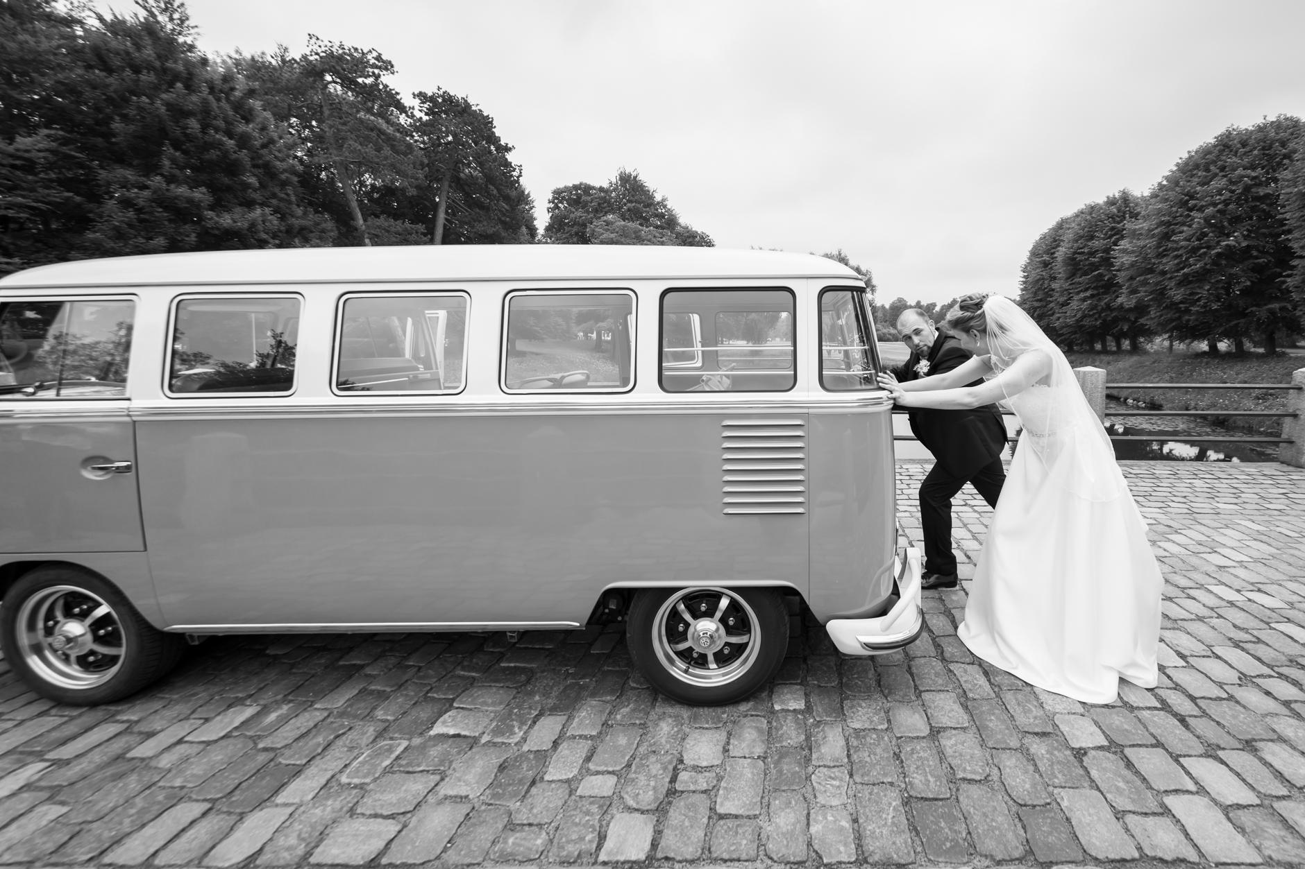 Der HochzeitsBulli und das Brautpaar in Action