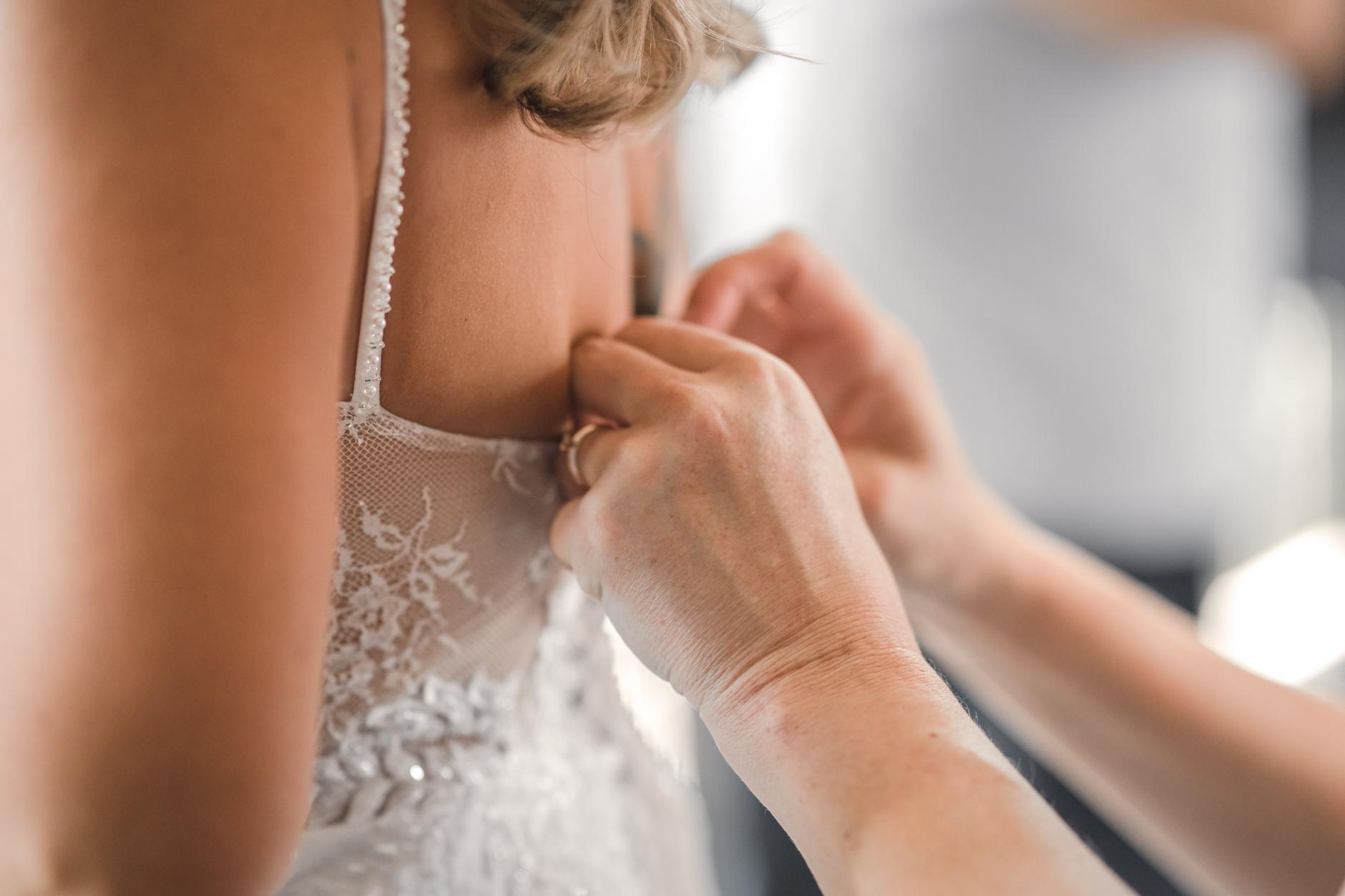 letztes Handanlegen am Brautkleid