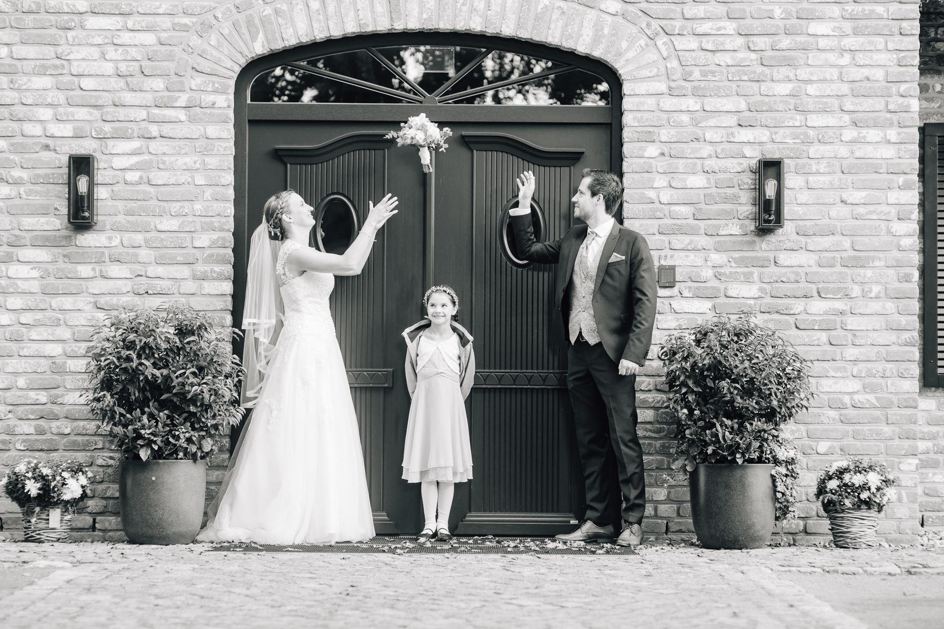 Brautstraußwerfenüben mit Blumenkind