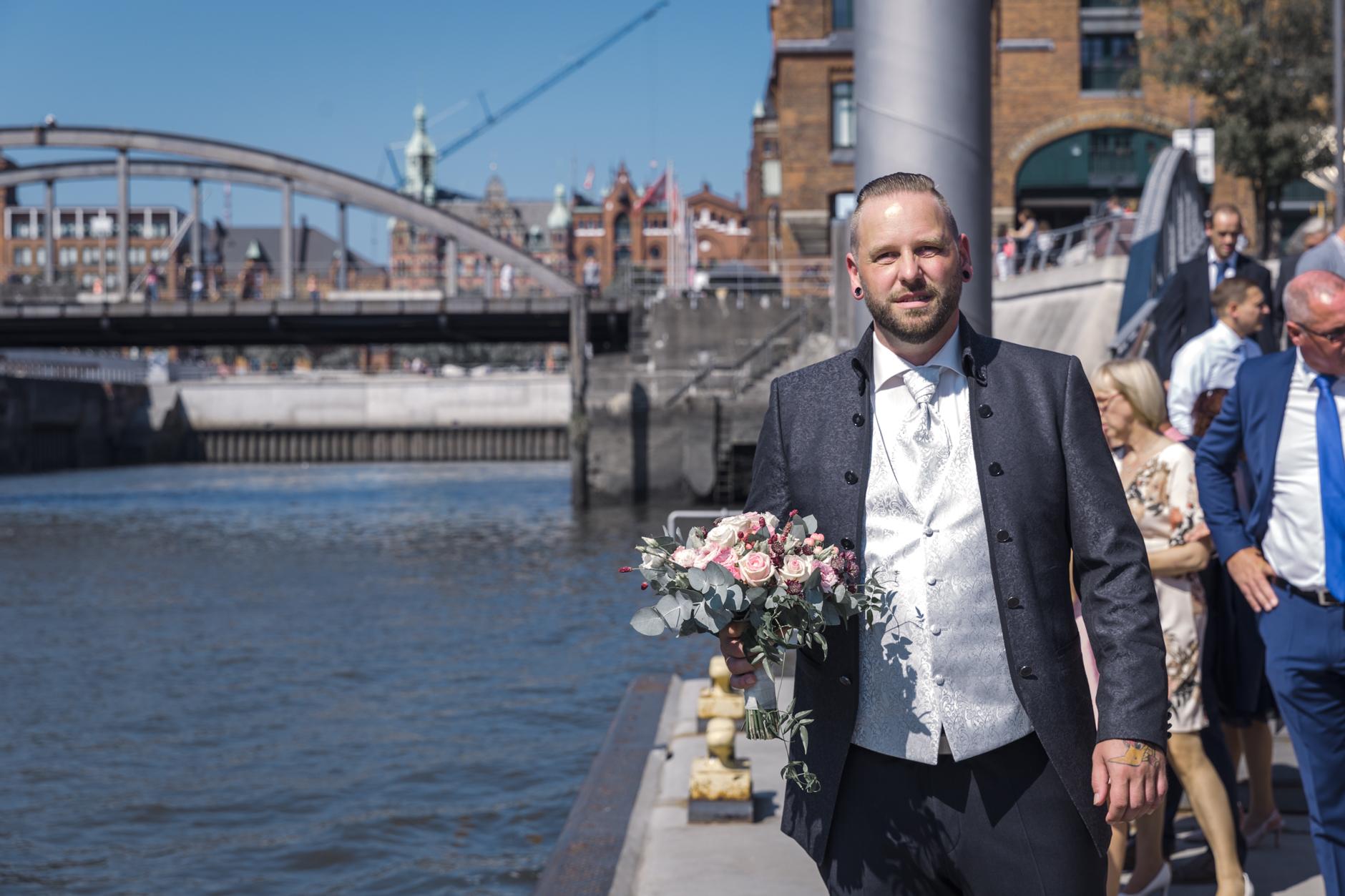 ... da ist er, der Bräutigam ... und der Brautstrauss ...