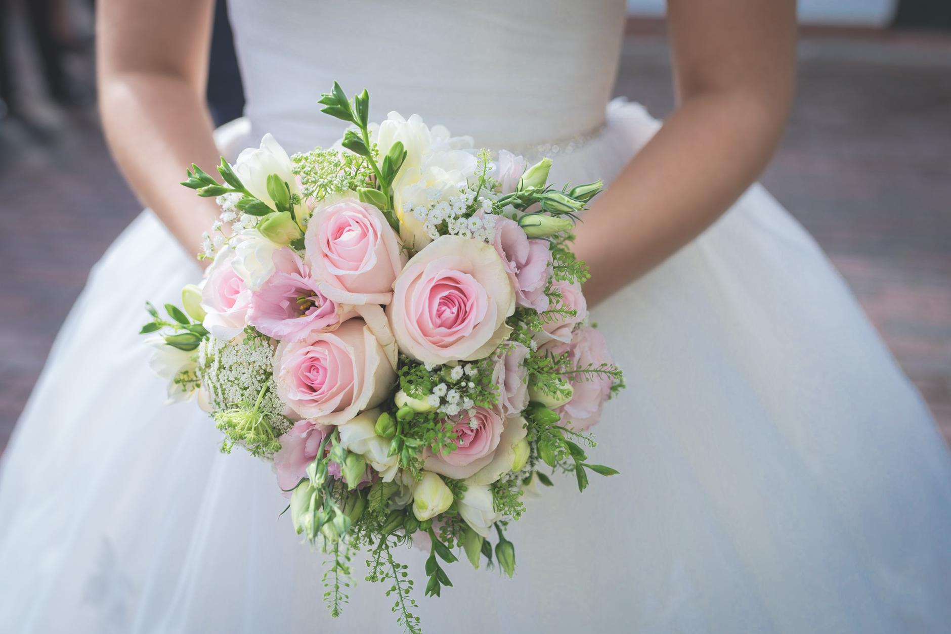 Hochzeitsfotos, das sind auch viele kleine Erinnerungen und Details wie dieser Brautstrauß