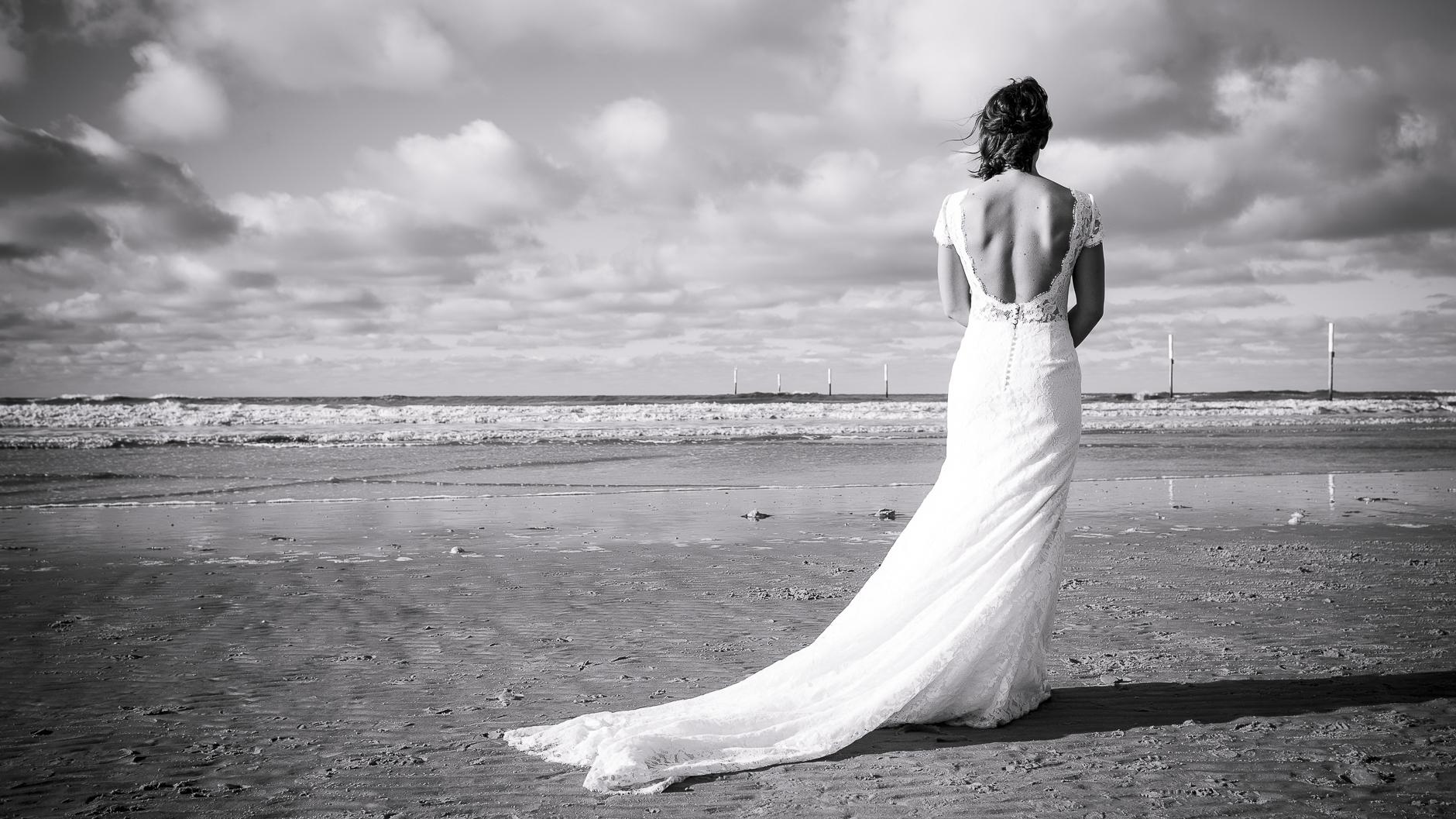 Ein besinnlicher Moment während des Brautpaar-Shootings am Strand