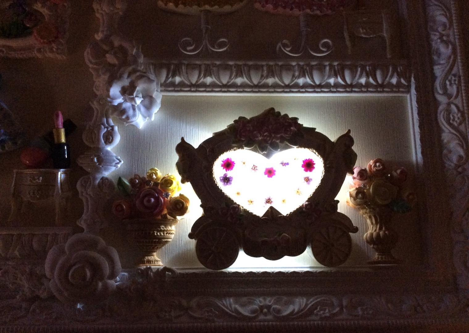 馬車の中にはレジンガラス加工押し花挿入LED電気を埋め込みました