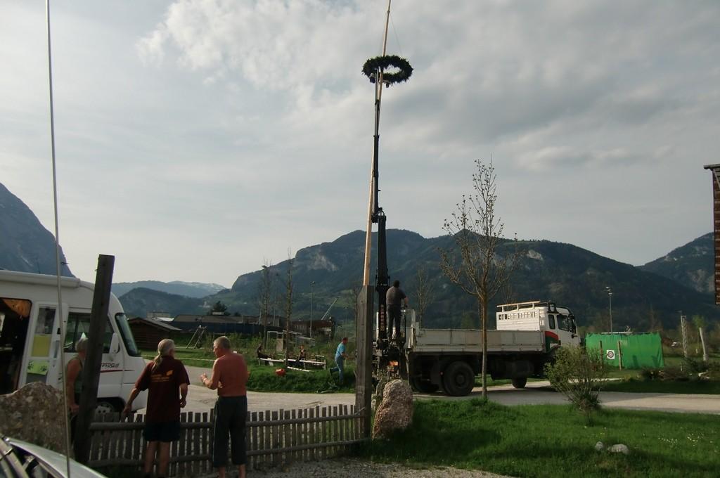 Beim Maibaum aufstellen