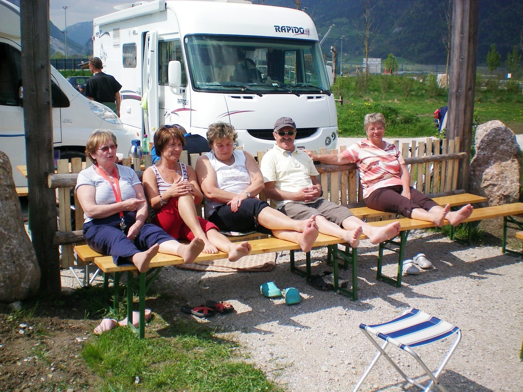 Damen vom Grill beim Sonnenbaden mit Josef