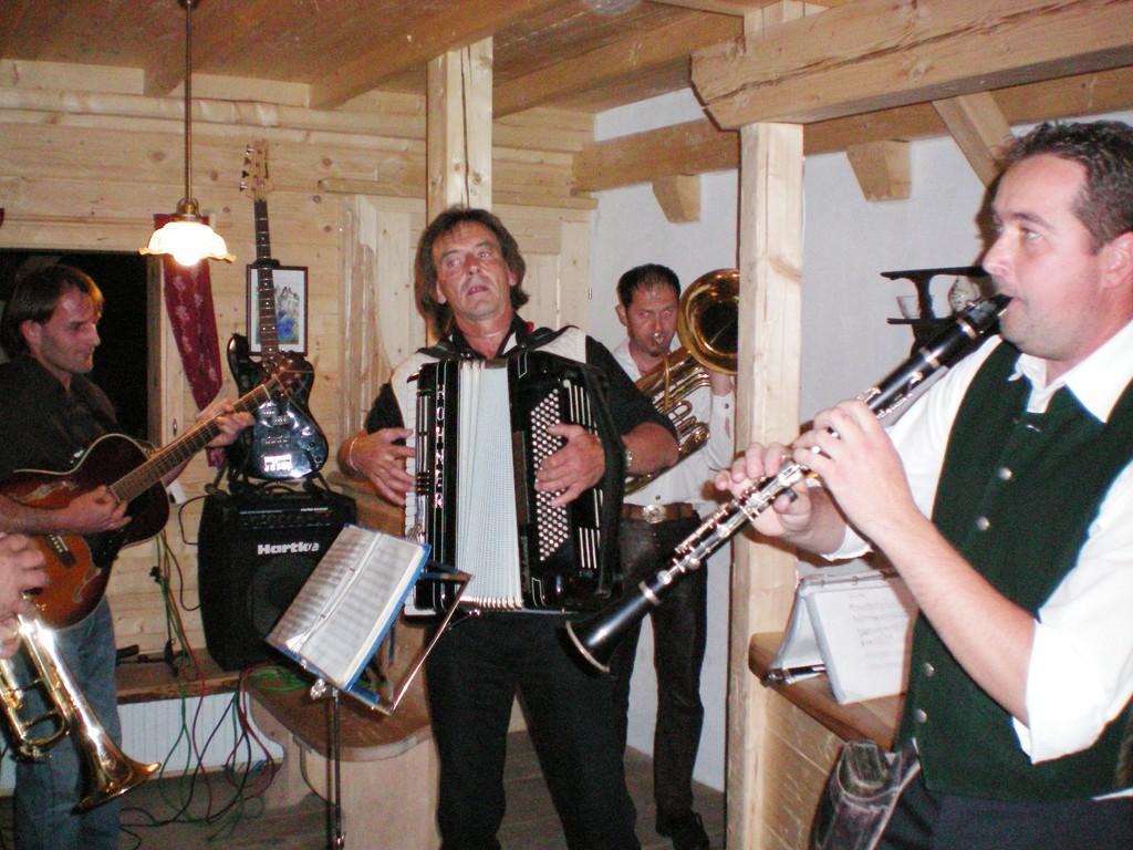 Heinz mit seiner Band, die am Abend für uns aufspielten