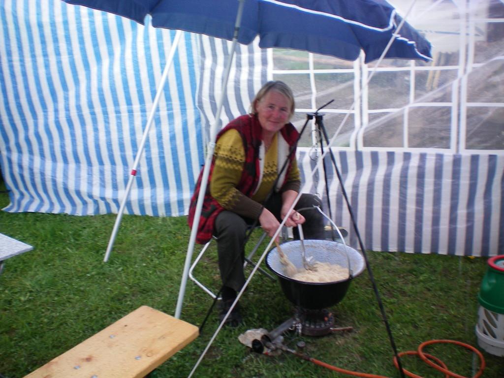 Uschi beim Sauerkraut fertigen