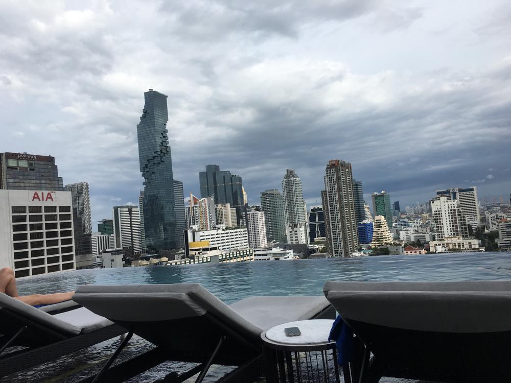 Hotel Pool von Marrriot the surawongse in Bangkok mit Aussicht auf die Skyline von Bangkok und Ausblick auf das Maha Nakhon Hochhaus.