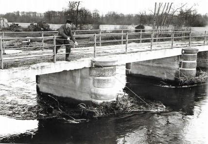 Photo du pont d'Eguisheim et de Camille GEORGER garde champêtre 1958