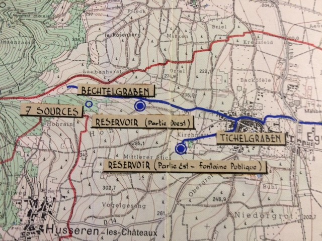 Plan de 1959 des archives communales positionnant le captage des sources ainsi que les réservoirs et les flux d'eau vers la commune.