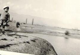 Photo de Bernard GEORGER sur la maisonnette de l'éclusier et vue sur les prés irrigués