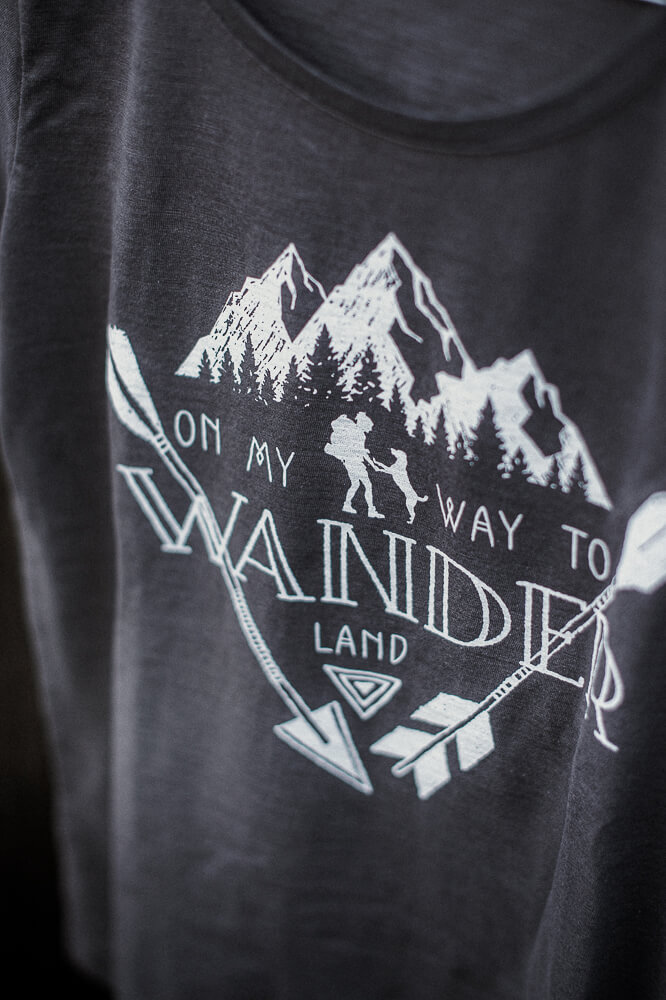 Graues Slub Baumwolle T-Shirt mit Bohemian Wander Siebdruck auf der Vorderseite