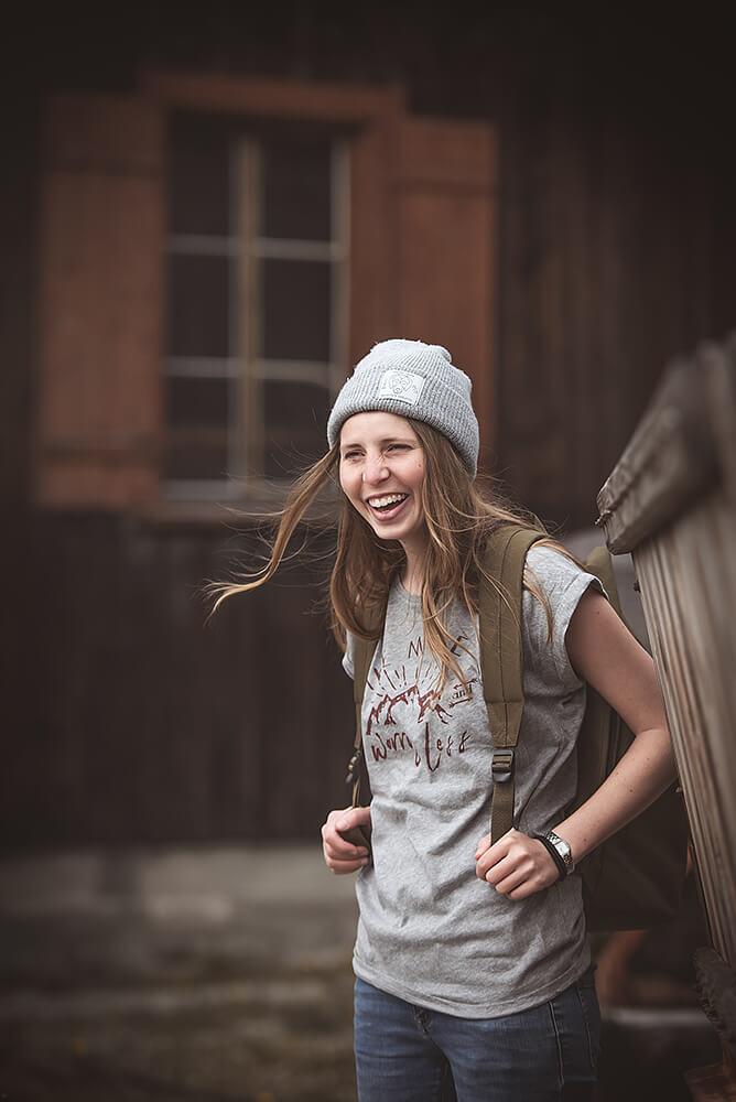 Graues Bio Baumwoll Viskose T-Shirt mit Wander Print für Damen mit Hike more Motiv als Druck auf der Vorderseite