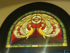 慶祝の象徴とされる鳳凰のステンドグラス。横浜開港記念会館のものです。