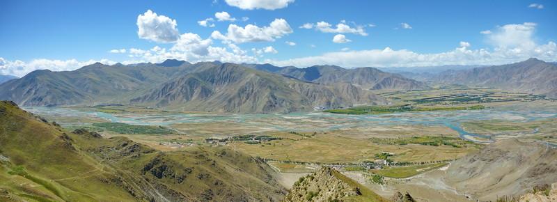 Uitzicht over de Kiytshu vallei achter het Ganden klooster
