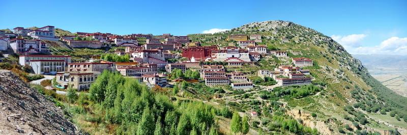 Het Ganden klooster (vroeger 6000 monniken) is tijdens de culturele revolutie volledig vernietigd en wordt nu weer opnieuw opgebouwd.