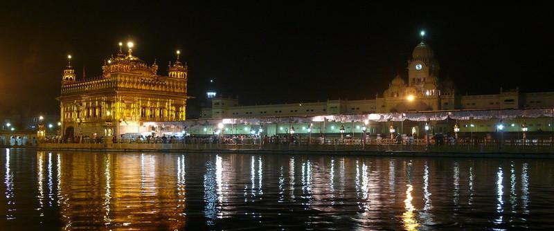 De gouden tempel bij nacht