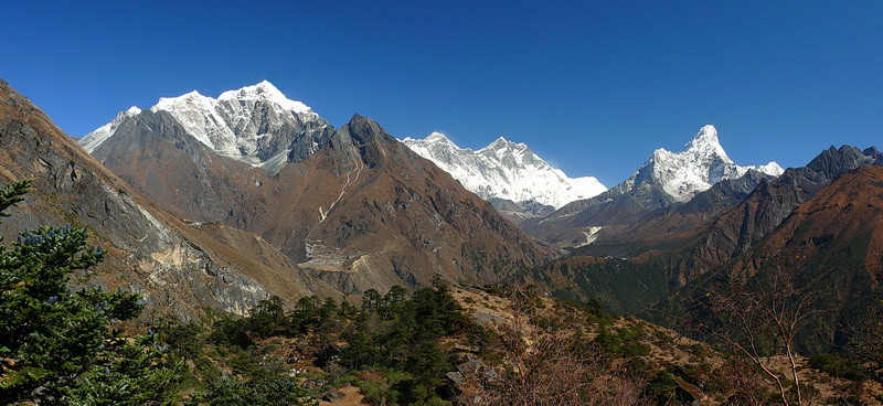 Van links naar rechts: De Cholatse, Mount Everest, de Lhotse en de Ama Dablam