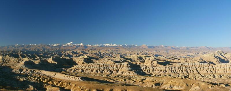 Op de achtergrond de Nanda Devi, de hoogste berg van India. 7816 m.