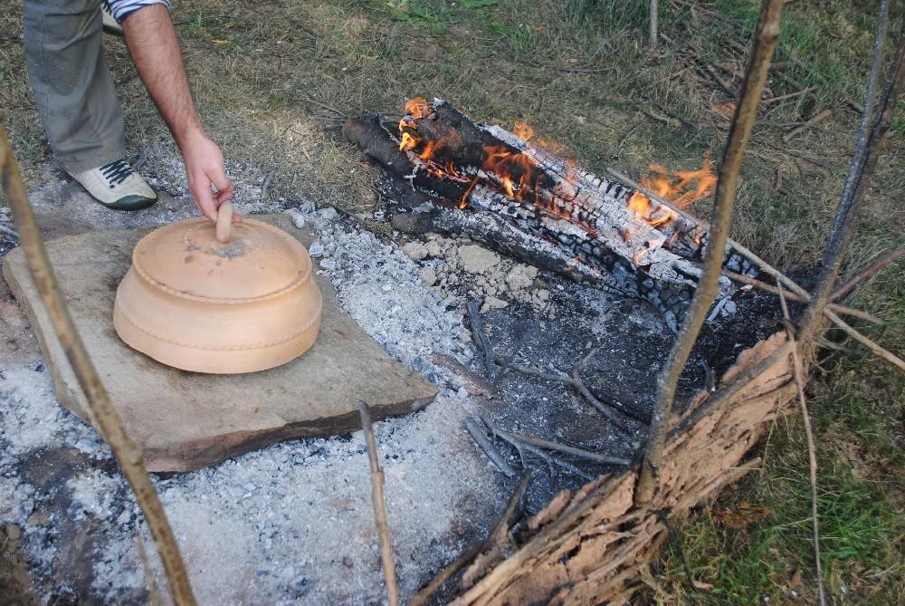 """Tapado con la """"buleira"""" para su cocción"""