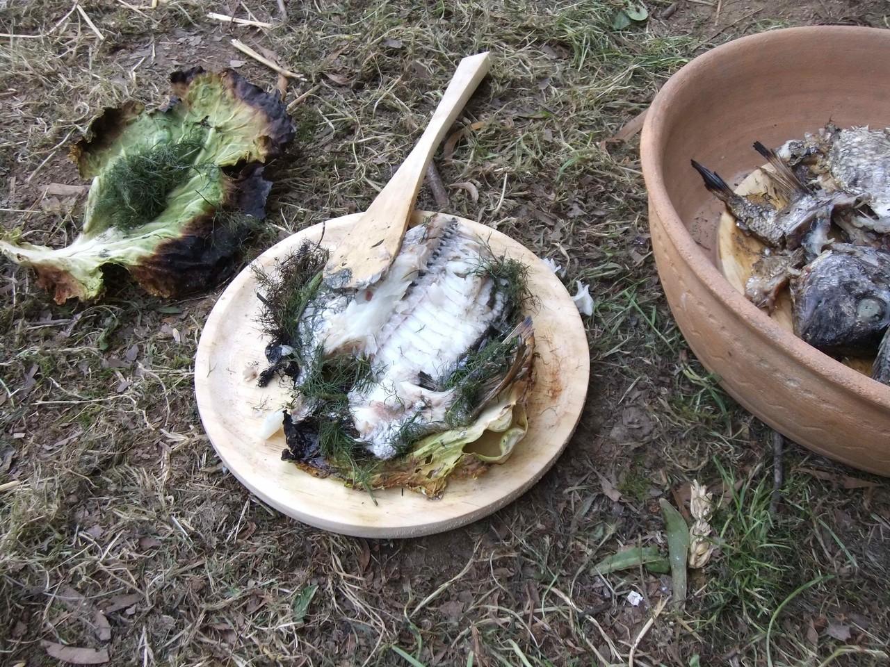 Sargo condimentado con fiúncho, asado no forno envolto nunha folla de repolo