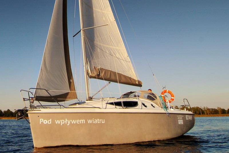 Segelyacht modern  Segelboot in Masuren (Polen) auf der Masurischen Seenplatte ...