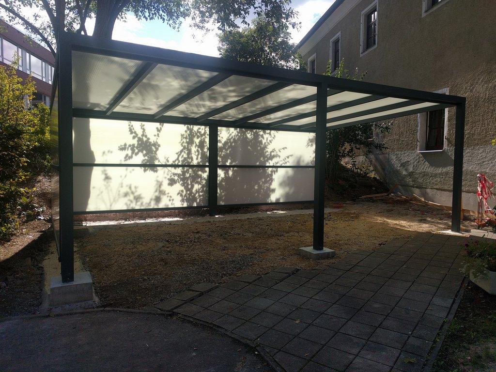 Überdachung freistehend, Fixwände aus Polycarbonat