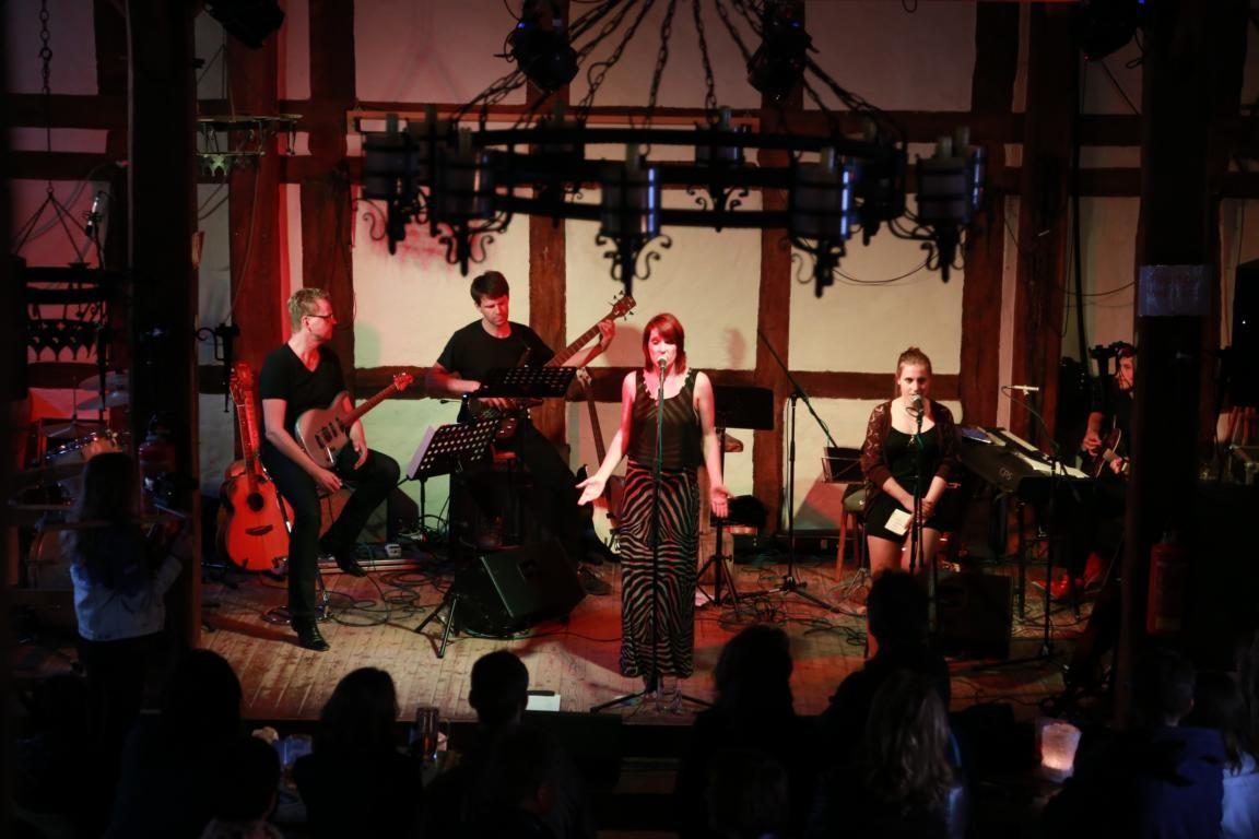 Poetess' Play und Band in der Tonenburg (Höxter/Albaxen) (© Stefan Höntzsch)